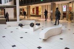 Mötesplats i Solna Centrum. Nystan 1, 2 och 3, tre bronsskulpturer och bänkar, placerade utanför biblioteket i Solna Centrum.