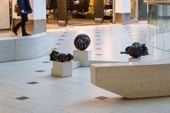 Mötesplats Solna Centrum. Nystan 1, 2 och 3, tre bronsskulpturer placerade utanför biblioteket i Solna Centrum.